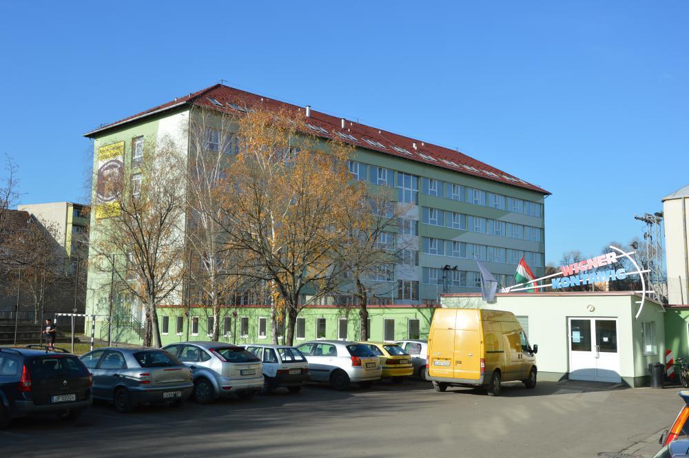 Az intézmény udvara parkolási lehetőséggel
